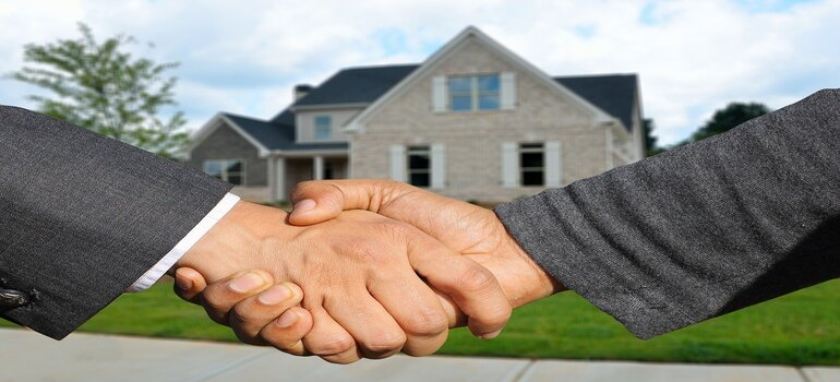 Finding good movers for moving during the holidays - handshake